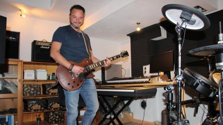 """E-Gitarre, Klavier und Schlagzeug spielt Landratskandidat Daniel Pflügl in seinem Musikraum; früher trat er mit der Band """"Sean O Concean"""" auf."""
