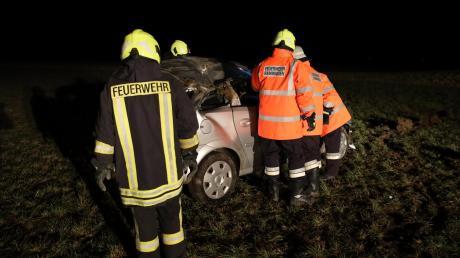 Verletzt wurde der Fahrer dieses Autos, das am Dienstagabend aus noch ungeklärter Ursache von der Fahrbahn abkam.