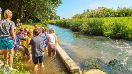 """Wassertreten ist in Bad Wörishofen bei Bürgern und Gästen gleichsam beliebt. Das Foto entstammt dem Bildband """"Bad Wörishofen""""."""