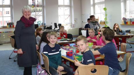 Gabriele Binder-Stoll ist seit diesem Schuljahr auch Schulleiterin der Grundschule Tussenhausen und hat neben den vielen Aufgaben als Schulleiterin auch eine Klassenführung übernommen. Inmitten der Kinder fühlt sich die 61-Jährige rundum wohl.