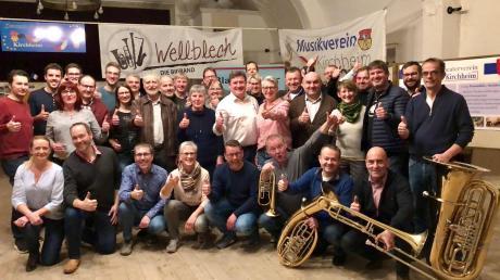 """Am Sonntagabend wurde im Kirchheimer Adlersaal gefeiert: Die Befürworter des Projekts """"Adler-Umbau"""" und Vereinsvertreter freuten sich über den Ausgang des Bürgerentscheids und auf die Zukunft des künftigen Bürger- und Vereinsheims."""