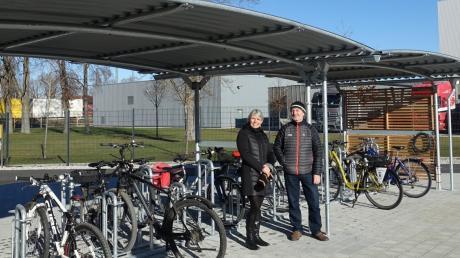 Stadtbaumeister Gerhard Frey und die städtische Klimaschutzmanagerin Simone Kühn freuen sich, dass die Fahrradabstellanlage so gut angenommen wird.