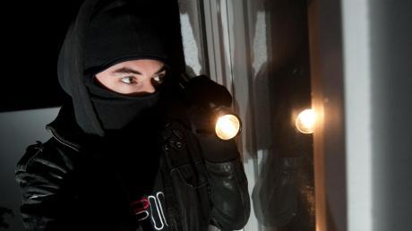 In Bad Wörishofen wurde ein Mann offenbar von Vermummten bedroht. Die Polizei sucht nun Zeugen.