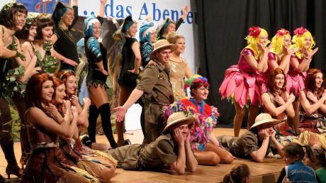 Die große Garde der Pfaffelonia nimmt das Publikum bei ihrem Showtanz mit auf eine abenteuerliche Expedition.
