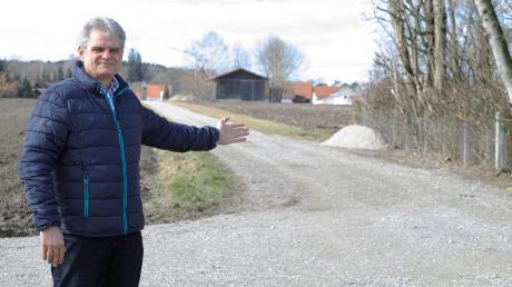 Ambergs Bürgermeister Peter Kneipp zeigt das Grundstück, auf dem ein Gutachter den Bau eines Funkmastes vorschlägt. Die ehemalige Wasserentnahmestelle im Wasserschutzgebiet ist etwa 400 Meter östlich der Wohnbebauung.
