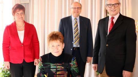 Als Bundestagsvizepräsidentin trug sich Petra Pau von den Linken ins Goldene Buch der Stadt Mindelheim ein. Unser Bild zeigt sie zusammen mit (von links) der Bundestagsabgeordneten Susanne Ferschl und den stellvertretenden Bürgermeistern Hans-Georg Wawra und Roland Ahne.