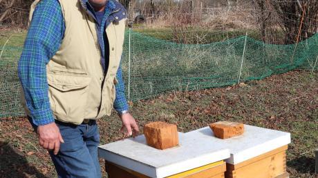 Bienen und ihre Imker haben es in Irsingen ohnehin schon schwer genug, weiß Hobby-Imker Manfred Canci, der elf Bienenvölker in seinem Garten pflegt.