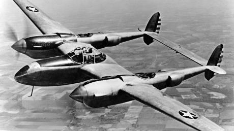 Ein Jagdbomber vom Typ Lockheed P-38 (hier ein Archivfoto aus dem Jahr 1943) stürzte im Februar 1945 bei Mindelheim ab – vermutlich beim Versuch, einen Zug anzugreifen.