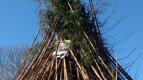 Ganz oben auf dem Scheiterhaufen des Funkenfeuers in Kronburg befand sich das Wahlplakat von Grünen-Landratskandidat Daniel Pflügl.