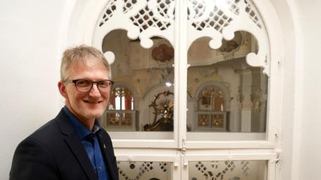 Elmar Müller hat in Pfaffenhausen ein besonderes Büro bekommen – mit Blick in die Kapelle.