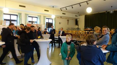 Zum Neubürgerempfang in Irsingen hatten die Vereine und kirchlichen Gruppen vor Ort Vertreter geschickt, die über ihre Arbeit berichteten und fürs Mitmachen warben. 3. Bürgermeister Josef Vogel (hinten rechts), moderierte.