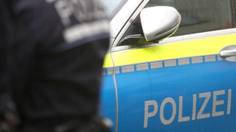 Zwei Bauarbeiter sind am Mittwochnachmittag gegen 15:30 Uhr von einem 40-jährigen Radfahrer in Elchingen mit einem Beil bedroht worden.