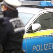 Die Polizei hat einen Mann festgenommen, der mit einem Hammer ins Haus seines Nachbarn eingedrungen ist.