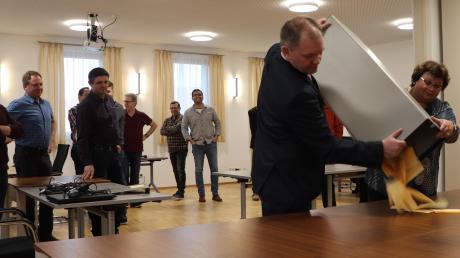 2. Bürgermeister und Wahlleiter Fritz Böckh und Verwaltungsangestellte Karin Mörz schütten die Stimmzettel der Bürgermeisterwahl zur Auszählung auf den Tisch.