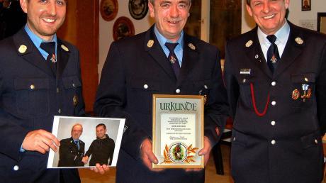 Zeno Zech ist nun Ehren-Kommandant in Immelstetten Bei der Jahresversammlung der Feuerwehr haben Kreisbrandmeister Johann Schmid (rechts) und der neue Kommandant Daniel Wiedemann (links) die hohe Auszeichnung vorgenommen.