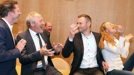 Kandidat Alex Eder wurde auf eine Geduldsprobe gestellt. Die Ergebnisse wechselten mit jedem ausgezählten Wahlbezirk um die 50-Prozent-Marke. Beistand leisteten ihm neben seiner Frau Lisa auch Stefan Drexel und Hans-Joachim Weirather.