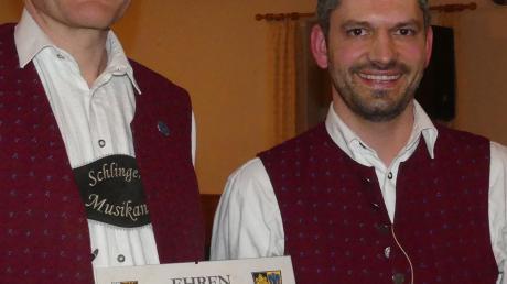 Christian Bartenschlager (links) bekam von Wolfgang Tröber eine Urkunde für 35 Jahre Treue zum Musikverein.