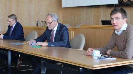 Zweite Pressekonferenz innerhalb einer Woche zum Thema Corona-Krise: Die Medienvertreter informierten Landrat Hans-Joachim Weirather (Mitte), sein Stellvertreter Stephan Winter (links) und der Leiter des Gesundheitsamtes, Dr. Ludwig Walters.
