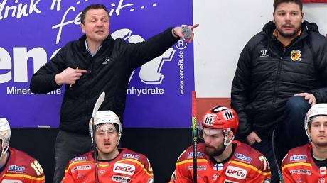 ESVK-Trainer Andreas Brockmann (hinten links) hat eine schwierige Saison mit dem ESV Kaufbeuren hinter sich. Als dann die Play-offs erreicht waren, kam die Absage der Saison wegen der Corona-Pandemie.