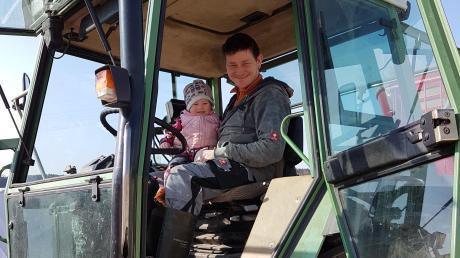 Ob Corona oder nicht, Bauer Markus Hemmerle hat derzeit noch immer gut zu tun. Fürs Foto durfte auch Töchterchen Marei auf den Traktor.