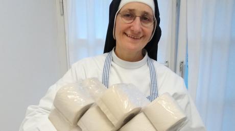 Schwester Franziska Brenner, Priorin der Bad Wörishofer Dominikanerinnen, verfügt über einen großen Vorrat an Toilettenpapier.