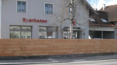 """Diese Ziegelmauern hat Grundstücksbesitzer Josef Ritter entlang der Mindelheimer Straße errichten lassen. In Wiedergeltingen werden die Einfriedungen scherzhaft """"Ritterburg"""" genannt."""