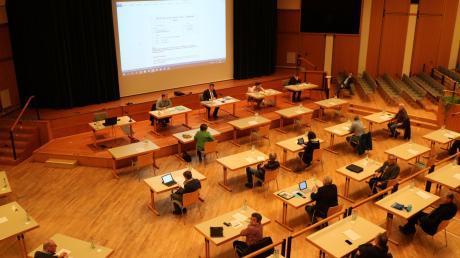 Der Kursaal wird zum Sitzungssaal – vorerst. Der Stadtrat von Bad Wörishofen wird den Haushalt im größten Saal der Stadt beraten. Die Gründung eines Ferienausschusses lehnten die Ratsmitglieder bei der ersten Sitzung im Kursaal ab.