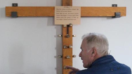 In der Gebetsecke der evangelischen Kirche kann man mit einem Stein vor dem Kreuz symbolisch schwere Lasten abladen.
