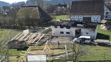 Ein Feuer hat diese 350 Jahre alte Sölde im Bauernhofmuseum in Illerbeuren zerstört. Nun soll das Bauernhaus wieder aufgebaut werden. Zuerst wird es aber mit einem Notdach versehen. Wer den Wiederaufbau bezahlt, steht noch nicht fest.