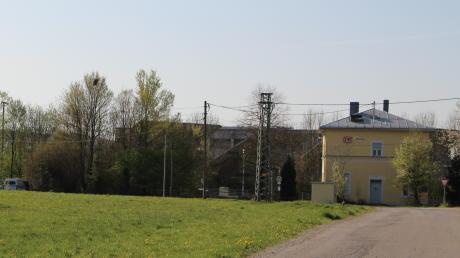 """Auf dieser Wiese beim Stettener Bahnhof will die Möbelhauskette XXXLutz ein Service-Center errichten. Lkw und Transporter sollen es über die Straße """"Am Schleifwegacker"""" rechts im Bild anfahren und nicht über die Bahnhofsstraße."""