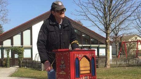 Joachim wohnt selbst im Ringeisenwerk in Pfaffenhausen und erfreut seine Mitbewohner mit Musik aus seiner Drehorgel.