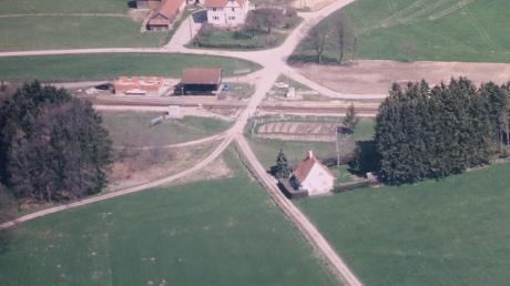 """Luftaufnahme vom Schienenübergang """"Am Bahnhof"""" in Rammingen aus dem Jahr 2005. Im Vordergrund das Elternhaus von Walter Felser. Das Haus gibt es noch, das Wäldchen dahinter nicht mehr."""