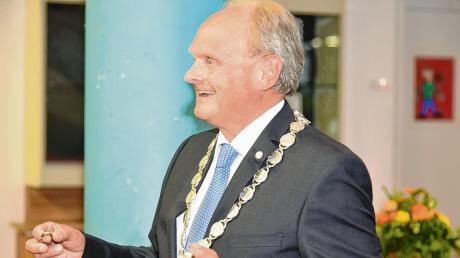 """Bei seiner letzten Sitzung als Bürgermeister von Markt Rettenbach erhielt Alfons Weber den neu geschaffenen """"Ehrenring der Marktgemeinde""""."""