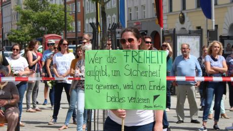 Auf dem Mindelheimer Marienplatz forderten Demonstranten eine Debatte über die Sinnhaftigkeit der Einschränkungen in Corona-Zeiten.