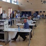 Neun neue Gemeinderatsmitglieder wurden vor der Sitzung von Bürgermeister Christian Kähler (links) vereidigt.