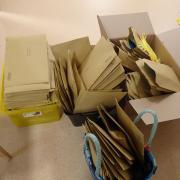 Ein Mann hat rund 2000 Postsendungen in einer Garage aufbewahrt.