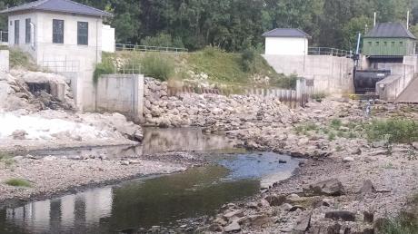 Solche Bilder bestätigen die Wertachfreunde, dass die Wertach am Walterwehr bei Türkheim kein neues Wasserkraftwerk verträgt. Schon jetzt leide die Wertach unter den anhaltend trockenen Sommern, das zeige auch dieses Foto vom Wehr mit Kraftwerk in Irsingen eindrucksvoll.