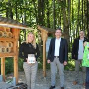 Bei der Eröffnung des Insektenhotels im Zillertal: Mitglieder des Bunds Naturschutz, welche die Bruthöhlen gebaut haben sowie Bürgermeister Stefan Welzel (Zweiter von links) und Kurdirektorin Petra Nocker (links).