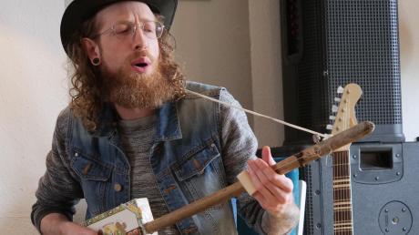Der Ettringer Musiker Adi Hauke zeigt auf einer selbst gebauten Cigarboxguitar, dass der Blues auch im Unterallgäu zuhause ist.