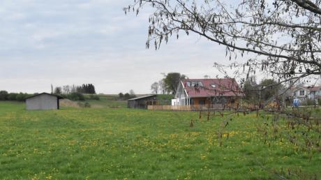 "Unser Bild zeigt das an den Falchengraben angrenzende, bereits fertiggestellte neue Baugebiet ""Am Jungen Dorf""."