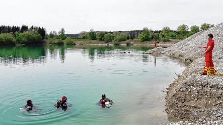 Für den Ernstfall gewappnet: Einsatztaucher der DLRG bei einer Übung an beziehungsweise in einem Unterallgäuer Baggersee.