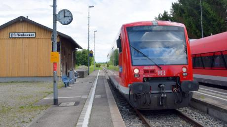 Die alte Güterhalle am Bahnhof in Pfaffenhausen hat eine neue Holzfassade bekommen, die von einem historischen Schild geschmückt wird. Was aus der leer stehenden Halle werden soll, ist noch offen.