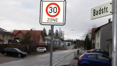 So sah die Badstraße in Türkheim vor dem 2019 beendeten Ausbau aus: Die Straße war marode und daher drängte die Marktgemeinde Türkheim auf einen Ausbau. Die Kosten von mehr als einer halben Million Euro sollten zum Teil auf die Grundstücksbesitzer umgelegt werden. Dagegen klagen jetzt zwei Betroffene.