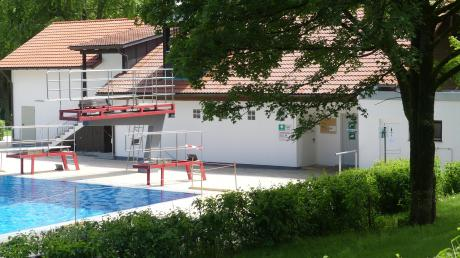 Bereit für den Sommer: Im städtischen Freibad am Sonnenbüchl wurde die Zeit der Corona-Schließung für umfangreiche Arbeiten genutzt. Unter anderem wurden die Gebäude weiß gestrichen.