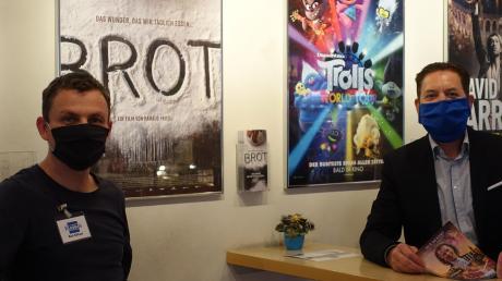 Neustart mit Maske: Kai Erfurt (links) und Betreiber Rudolf Huber freuen sich, dass es nach der Zwangspause in den Kinos Bad Wörishofen, Türkheim und Sontheim wieder lebendig wird.
