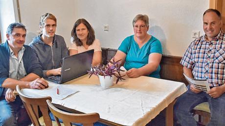 """Derzeit arbeiten die Sontheimer Landwirte Wolfgang, Jakob und Dorothea Bersch sowie Ortsbäuerin Manuela Rauch und Ortsobmann Rupert Fischer (von links) bereits an der fünften Ausgabe von """"Landwirtschaft informiert""""."""