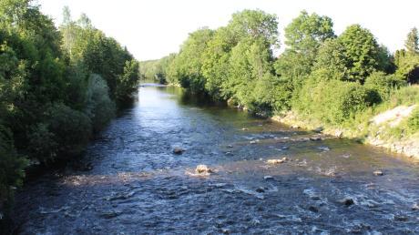 Die Wertach wurde Mitte des 19. Jahrhunderts begradigt und läuft wie ein Kanal durch die Landschaft. Nur Staustufen vermindern die Fließgeschwindigkeit. Für große Hochwasserereignisse braucht die Wertach aber Raum für Überschwemmungsgebiete.