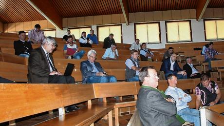 Wegen der Corona-Auflagen war die Teilnehmerzahl in der Schwabenhalle begrenzt.Vorne rechts: Josef Lutzenberger, Vorsitzender des SRB.