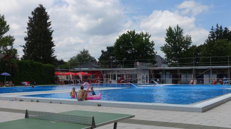 Noch kommen an einem Sommertag nicht so viele Besucher ins Türkheimer Freibad wie in den vergangenen Jahren. Die Bahnenschwimmer freut es, denn sie haben viel Platz im Wasser.