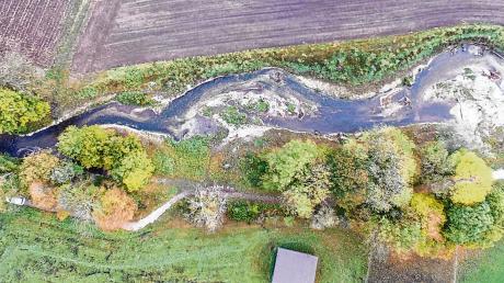 Mäander: Der Flusslauf soll sich langsam, aber stetig ändern und dabei neuen Lebensraum schaffen. Deshalb windet sich die Gennach bei Lindenberg nach ihrer Renaturierung so durch die Landschaft. Derzeit läuft der letzte Abschnitt der Maßnahme zwischen Lindenberg und Jengen.